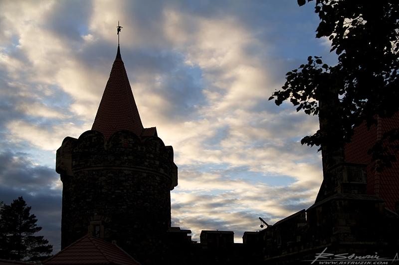 Zamek Grodziec. Południowo-zachodnia baszta o zachodzie słońca.